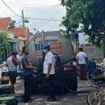 PDAM Gresik Kirim Air Tangki ke Pelanggan di Desa Semampir